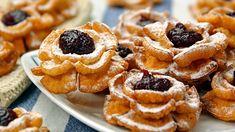Róże karnawałowe, to połączenie niesamowicie   delikatnego i chrupkiego ciasta ze słodkim nadzienie z marmolady. Róże karnawałowe są świetnym sposobem na udekorowanie stołu w tłusty czwartek.