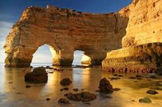 Plage de Marinha, Algarve, Portugal - La Praia Marinhia, entre Albufeira et Carvoiero, est caractérisée par la présence d'un double arc de roches naturelles. Splendide !