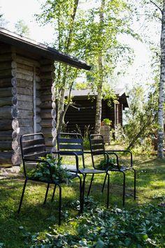 Mökki, liiteri, puutarhatuolit. Summer cottage, garden chairs. Garden Chairs, Outdoor Furniture, Outdoor Decor, Outdoor Spaces, Outdoor Gardens, Cottage, Park, Summer, Outdoor Living Spaces