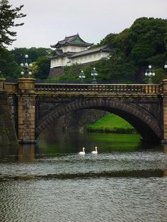 Tokyo Imperial Palace: The most enchanting Bridge to be seen. [The first time I visited the Imperial Palace it was grey just like this and raining, so it was like 100000 times more beautiful and lovely I can't even tell you all honestly. Nepal, Places To Travel, Places To See, Tokyo Imperial Palace, Japanese Lifestyle, Japanese Castle, Tokyo Travel, Construction, Kaiser