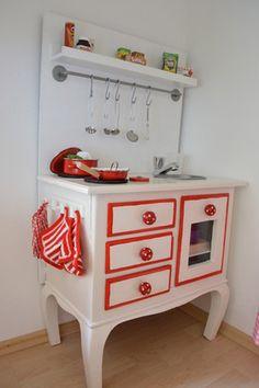 Spielküche aus altem Schränkchen - ca 10 Stunden arbeit - tintenelfe.de #Kinderzimmer #Spielküche #playkitchen