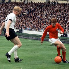Alan Ball under pressure from Karl-Heinz Schnellinger during the 1966 Word Cup final between England and West Germany Pure Football, Retro Football, Vintage Football, Football Soccer, Football Players, Lionel Messi, Ronaldo, International Football, England International
