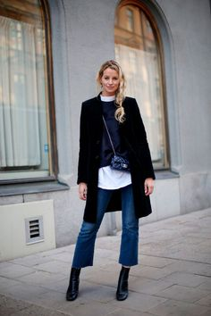 Get to know bootcut jeans. In this article you will see easy guide on how to style bootcut jeans with your everyday clothes. Flare Jeans Outfit, Cropped Jeans Outfit, Jeans Outfit Winter, Cropped Flare Pants, Crop Flare Jeans, Mochila Chanel, Pantalon Cargo, Baggy, Fall Fashion Outfits