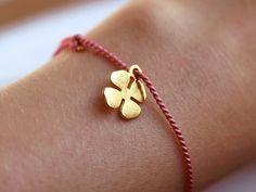 Sweet little thing!  Zartes Glücksbringer Armband im Feen-Look.  Das vergoldete vierblättrige Kleeblatt ist an einer rosa farbenen, schmalen Naturseidenkordel angebracht.