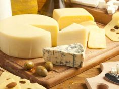 From blue cheese to brie, we show you where to find the very best cheese in the French capital. Diabetic Snacks, Healthy Snacks For Diabetics, Brie, Saint Paulin, Fondue, Queso Camembert, Block Of Cheese, Pop Up Dinner, Types Of Cheese