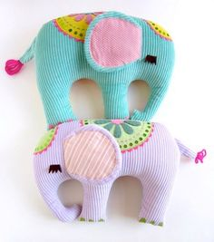 fabric toys These are so cute and with some extra scraps of fabric you can easily make them! Sewing Toys, Baby Sewing, Sewing Crafts, Fabric Toys, Fabric Scraps, Scrap Fabric, Felt Crafts, Diy Crafts, Yarn Crafts