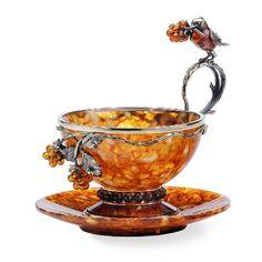 tasa con pajarito y flor  en el asa y en relieve  de porcelana