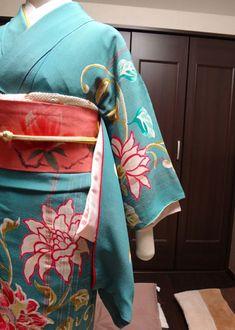 リサイクル品では、着物と長襦袢の裄と袖の長さが合わないことがあるかと思います(>_<)着物の袖から長襦袢の袖がはみ出ていたり、着物の振りから長襦袢の振りが飛び出てきたり…。私はその場合、こんな処置の仕方をしております。長襦袢の裄のほうが長い場合、なるべく袖の上 Yukata, Kimono, Blog, Fashion, Moda, Fashion Styles, Blogging, Kimonos, Fashion Illustrations