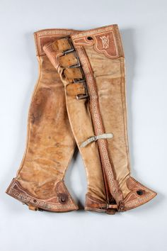 Cowboy Spurs, Cowboy Gear, Horse Saddle Shop, Horse Tack, Mexican Outfit, Riding Gear, Horse Saddles, Leather Projects, Custom Leather