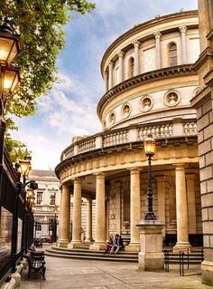 What do Bono's car, a Caravaggio masterpiece and an extinct Irish giant elk have in common? They can all be found in Dublin's museums! Like the Little Museum of Dublin, the National Gallery of Ireland and the Natural History Museum – also known as the Dead Zoo!