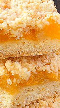 These peach crumble bars are loaded with juicy, fresh peaches sandwiched in between a buttery crust and a delicious crumb topping. Fruit Recipes, Baking Recipes, Dessert Recipes, Bar Recipes, Recipies, Peach Crumble Bars, Pie Crumble, Yummy Treats, Delicious Desserts
