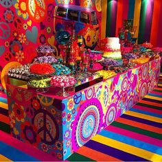 Hippie Party Decorations-Parties are of interchange types and due to their diversified nature, vary types of decorations are required. 60s Party Themes, 70s Party Decorations, 60s Theme, 70s Theme Parties, Party Ideas, Hippie Birthday Party, Hippie Party, 60th Birthday Party, Fiesta Flower Power
