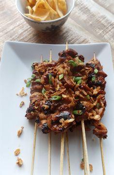 Recept voor saté van kippendij. Saté ajam of kipsaté is een makkelijk gerecht, maar valt altijd in de smaak. De basis van het recept is een goede marinade. Barbeque Sides, Barbecue, Indian Food Recipes, Asian Recipes, Kamado Bbq, Bbq Sale, Bbq Skewers, Bbq Accessories, Rabbit Food