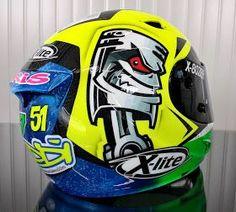 Motorcycle Helmet Design, Racing Helmets, Football Helmets, Valentino Rossi Helmet, Arai Helmets, Helmet Paint, Custom Helmets, Biker Gear, Cool Motorcycles