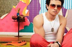 """Iskander es un cantante, compositor y músico mexicano que nació en la ciudad de Toluca, México, y contrario a lo que muchos piensan, Iskander es su nombre real y no artístico. Es hijo de un músico profesional, así que por ello aprendió a tocar varios instrumentos desde que era muy pequeño y a los 14 años de edad ya había compuesto su primera canción.    Iskander se volvió tremendamente popular durante el 2009 con su primer disco """"Fresas con Vodka"""", especialmente la canción """"A Labio Dulce""""…"""