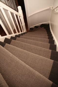 Foto's | Trapbekleding.nl House Stairs, Carpet Stairs, Interior Design Living Room, Living Room Designs, 1930s House Renovation, Vintage Interiors, Apartment Interior, Stairways, Entry Hallway