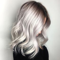 Large waves: blonde platinum silver hair with wavy curls and medium length. Such a cute hairstyle, minimal effort hairstyle.
