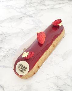 Dessert à emporter ce midi chez @depotlegal : l'éclair fraises des bois  De quoi satisfaire mon envie de fraises  @leclairdegenieofficiel #depotlegal #pariscityguide #parispatisserie
