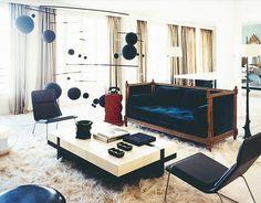 Victorian sofa in a modern living room Victorian Sofa, Italian Interior Design, Gray Interior, Room Interior, Blue Velvet Sofa, Blue Sofas, Velvet Room, Velvet Furniture, Italian Home
