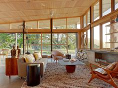 Located in scenic Carmel, California, the Caterpillar House is a 2-bedroom, 2.5-bathroom dwelling that implements many sustainable features as it curves along with the rolling land it sits on. Wanting a modern ranch with strong horizontal lines, Feldman Architecture gave the client just that in this home that connects seamlessly with the outdoors.