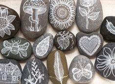 Piedras pintadas con distintos motivos