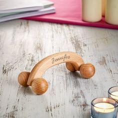 Jetzt individuell gestalten: Unser Massageroller aus Holz - mit Gravur - personalisiert mit Namensgravur. #Massageroller #Holz #Gravur #Geschenk #Geschenkidee #Wellness #Massage