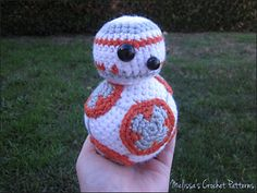 Free BB-8 crochet pattern, measures approx. 6 inches tall.