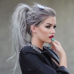 50 Gray Silver Hair Color Ideas in Silver hair trend hair color as well as attitude and these days not only for Gümüş seniors Gümüş. Silver trendy sexy nervous and super trend., Street Style Hair 50 Gray Silver Hair Color Ideas in 2019 Pelo Color Gris, Messy Ponytail Hairstyles, Simple Hairstyles, Ombré Hair, Grunge Hair, Gorgeous Makeup, Silver Hair, Silver Blonde, Hair Trends