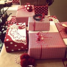 The Primitive Pinecone staff LOVES  the rich look of coordinated gift wrapping ideas!!!  Sooo rich and elegant...and EASY! Www.hillfarms.com