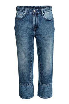 Regular Low Cropped Jeans: Jeans de 5 bolsos em ganga lavada. Têm cintura baixa, braguilha com fecho éclair e botão e pernas retas de altura pelo tornozelo.