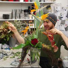 Contemporary Flower Arrangements, Large Flower Arrangements, Ikebana Arrangements, Altar Flowers, Diy Flowers, Flower Decorations, Design Floral, Floral Style, Tropical Wedding Centerpieces