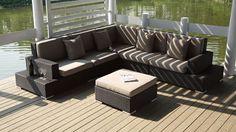 Confortable y elegante para su terraza, este sofá con chaise longue con sus bonitos cojines se entrega con el puf, el cual se puede usar como mesa de centro.Un diseño inmejorable y un mueble resistente.