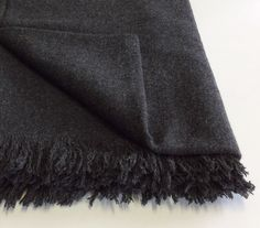 Plaid Poemo Design. frange corte in lana mélange colore grigio scuro.