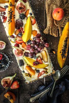 Tarte à la glace vanille, fruits frais et purée de fruits de la passion  (ou lemon curd) sur fond biscuité