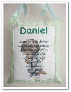 Almofada porta maternidade com oração do Santo Anjo e nome do bebê. Fazemos em outras cores, consulte. R$35,00