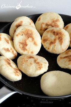 Batbout en cuisson Naan, Salty Foods, Ramadan Recipes, Bread And Pastries, Arabic Food, International Recipes, No Cook Meals, Finger Foods, Bakery