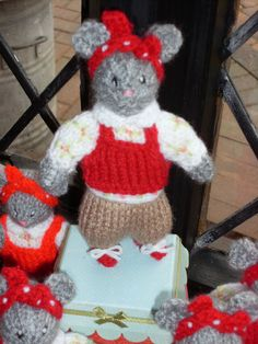 KNITTEDMISS MOUSE CBEEBIES SHOW ME SHOW ME PROGRAME /MICE DESIGNED BY ALAN DART