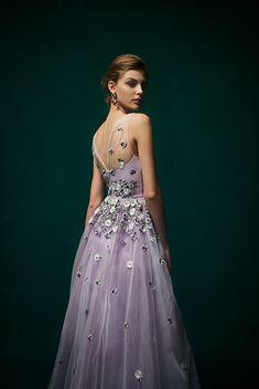Temperley for Novarese ラベンダーのカラードレスは、胸元から腰回りまで花の刺繍を施したTemperley for Novareseのドレス。テンパリーの世界観をカラードレスでもおたのしみいただけます。