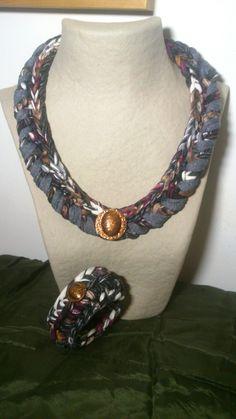 Collar y brazalete en Trapillo Crochet. Colores estampados estilo vintage. Botones de metal antiguos. https://www.facebook.com/GorrosBoinasCrochet