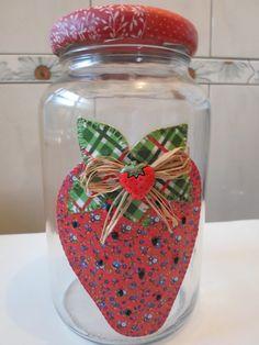 Pote de vidro utilitário e decorativo com aplicação de tecido caseado (bordado) no vidro e tampa de tecido.  O modelo do vidro é de palmito com a tampa de boca larga que mede 10 cm (a tampa é de metal). Decoupage Jars, Decoupage Paper, Painting Glass Jars, Tole Painting, Recycled Crafts, Diy And Crafts, Arts And Crafts, Bazaar Ideas, Painted Jars