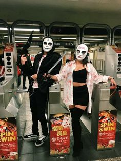 25 Matching Couple Costumes for Halloween with Your Couple - Adzkiya Website Halloween Outfits, Disfarces Halloween, Trendy Halloween, Halloween Tumblr, Group Halloween, Homemade Halloween, Scary Couples Halloween Costumes, Funny Couple Costumes, Simple Couples Costumes