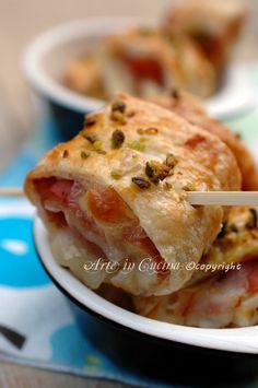 Fagottini di pasta sfoglia salati, con formaggio e mortadella, ricetta facile e veloce, idea antipasto, feste di compleanno, buffet, stuzzichini di pasta sfoglia