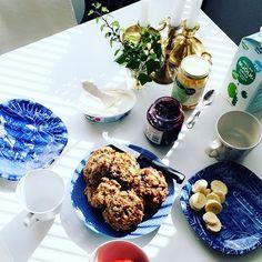 S U N D A Y B R E A K F A S T 🌸😋☕️ laddade upp med scones på havregryn, kokosfett och vallmofrö inför benpasset med @aurredaudi 😋🙌🏼💦 #breakfast #scones #sundaymorning #couplegoals #cheatday #thatyes #gym #lifestyle #legday #eatright #peanutbutterandbanana 👅💗🌸