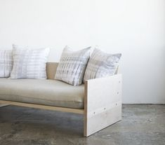 seat cushion is made like a pillowcase. A Modern Daybed Sofa, w/Hand-Dyed Shibori pillows Included: Remodelista Source by magpiedesign Diy Sofa, Diy Daybed, Daybed Ideas, Wood Daybed, Wooden Couch, Simple Furniture, Sofa Furniture, Furniture Projects, Furniture Design