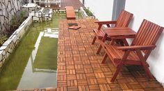 Venkovní podlaha ze dřeva akácie, dílce lze jednoduše položit na terasu či balkon, na zimu je vhodné podlahu rozebrat, ošetřit a uskladnit. Cena dílce o rozměrech 30 x 30 cm je 79 Kč; Keramika Soukup