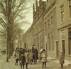 Alkmaar, Oudegracht, meisjes van de Openbare Meisjesschool.