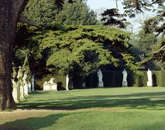 Georgian style: The exedra at Chiswick House in London, a large, lawned area lined with statues and cypresses and surrounded by a yew hedge, was designed by William Kent. From the 1710s the highly ornamented country house garden was simplified and made grander, as parterres became plain grass and perimeter walls came down for a more panoramic view.