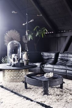 combine a couple of mismatched but interesting coffee tables for a large sectional//bildepunkter