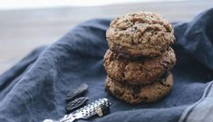 Une recette simple de cookies fondant et moelleux au chocolat sans gluten et sans lactose, à la farine de riz complet et farine de coco et purée d'amandes Cookies Fondant, Cookies Sans Gluten, Biscuits, Sans Gluten Ni Lactose, Chocolate, Desserts, Food, Vegan, Cooking