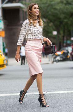 Alexa Chung usa camisa estampada com saia lápis rosa quartzo e sandália de amarrações